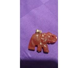 Ciondolo elefantino in corniola, chiusura in oro, anni '50