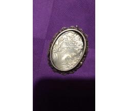 Spilla oro 18 kr., argento, periodo circa anni '40, 15,35 gr., 6x4,30 cm